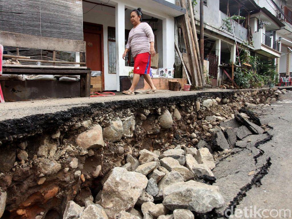 Penampakan Terkini Amblasnya Jalan di Kebon Manggis Matraman