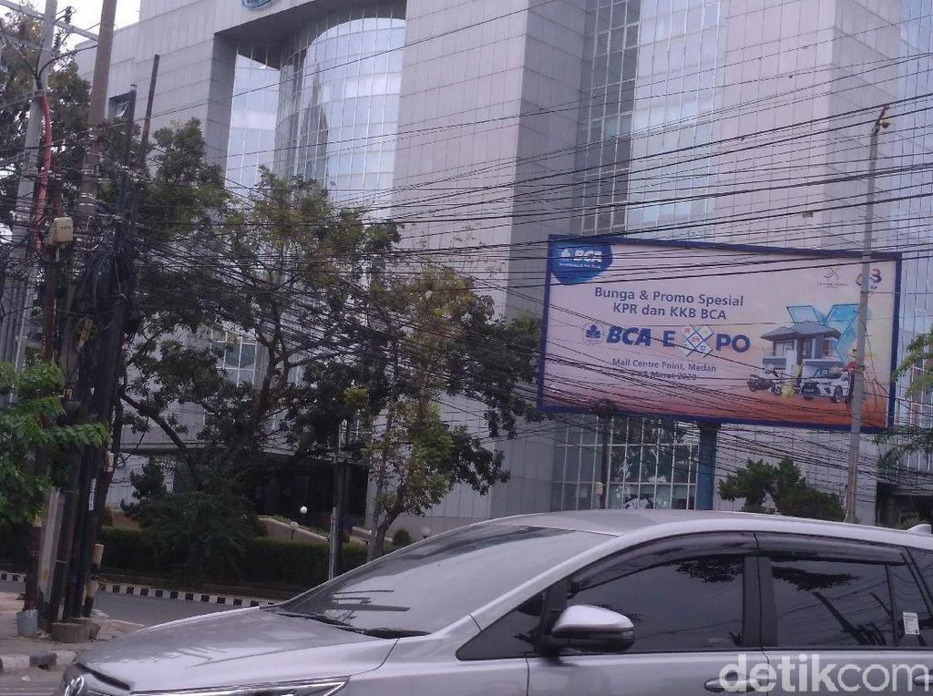 Warga Keluhkan Kabel Semrawut di Tengah Kota Medan