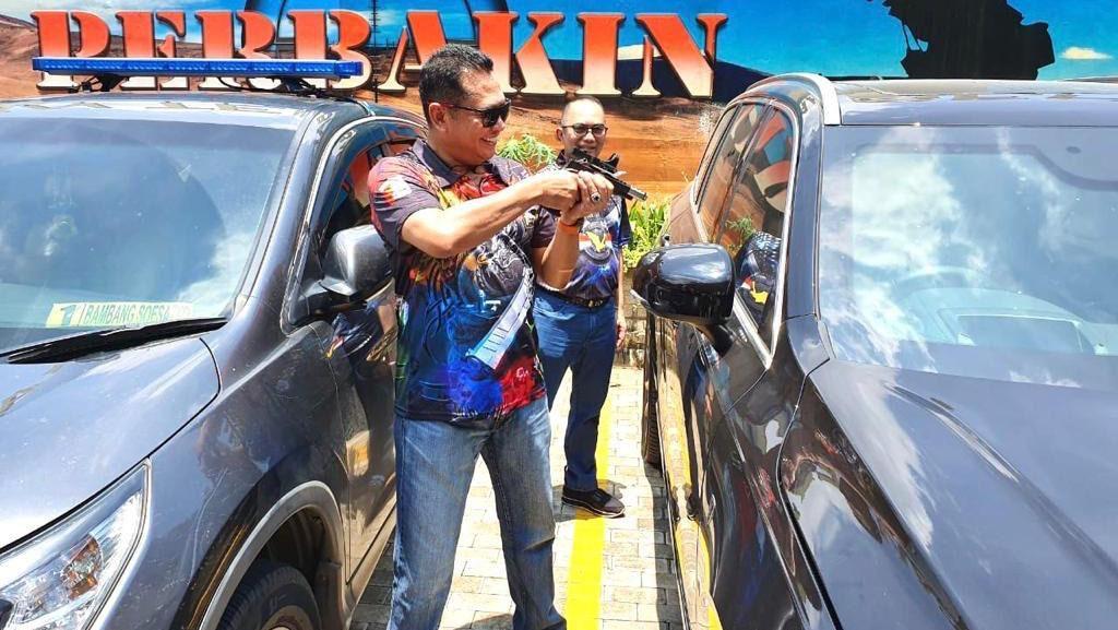 Bamsoet Uji Kaca dan Pintu Mobil Anti Peluru