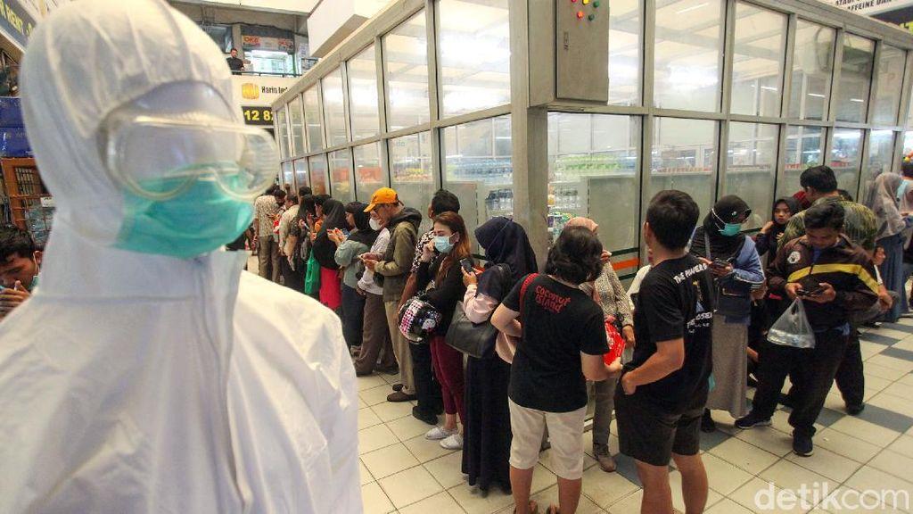 Mengular! Begini Antrean Masker Murah di Pasar Pramuka