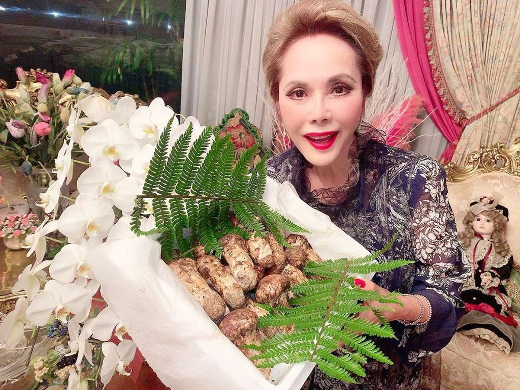 Dewi Sukarno Menawan di Usia 80, Rahasianya Suka Kulineran!