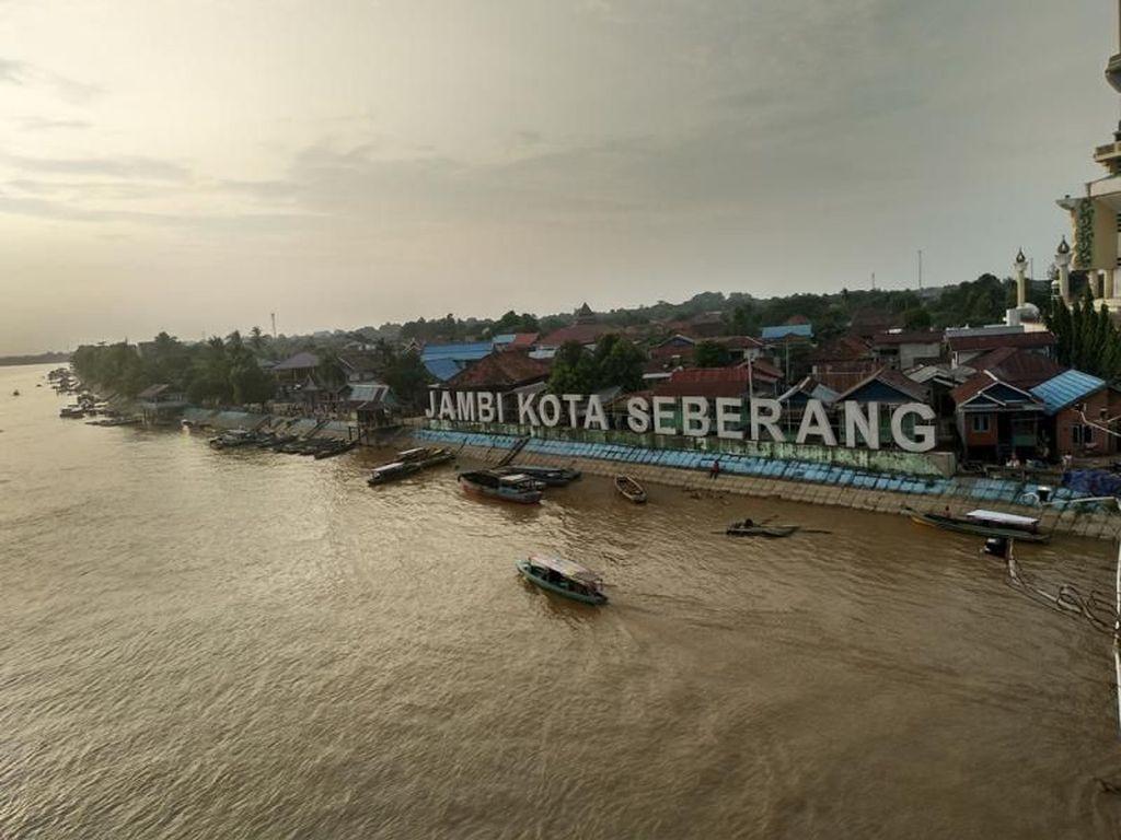 Menanti Senja di Atas Jembatan Ikonik Kota Jambi