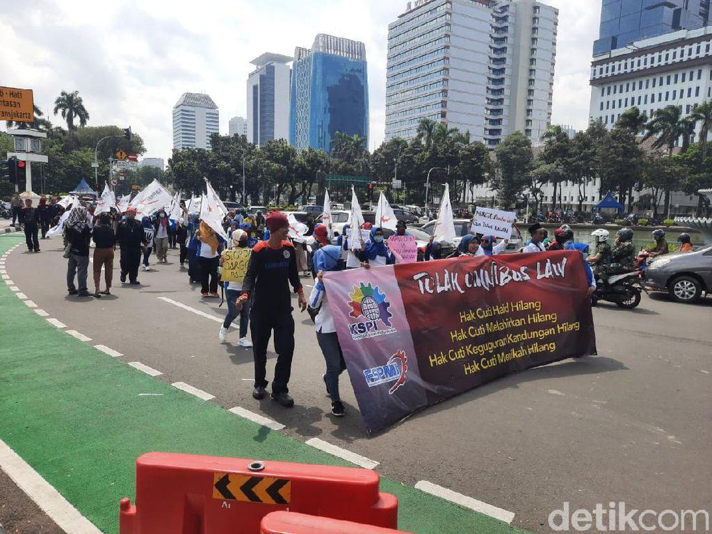 Usai Demo di Monas, Massa Buruh Perempuan Long March ke Kemen PPPA