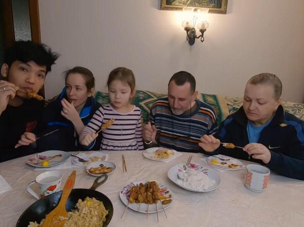 Pertama Kali Nyicip Sate Madura, Bule Ukraina Ini Ketagihan Enaknya