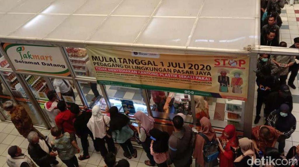 Penampakan Antrean Mengular Demi Masker Rp 2.500