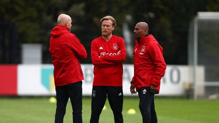 AMSTERDAM, NETHERLANDS - MAY 07:  Erik Ten Hag, Manager of Ajax in discussion with Christian Poulsen and Aron Winter during an Ajax training session on the eve of their UEFA Champions League semi final against Tottenham Hotspur at Toekomst Training Ground on May 07, 2019 in Amsterdam, Netherlands. (Photo by Dean Mouhtaropoulos/Getty Images)