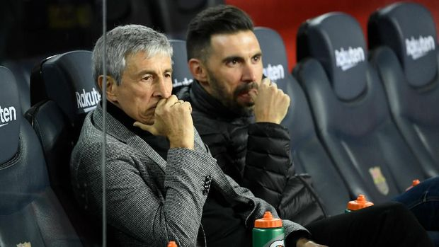 Barcelona's Spanish coach Quique Setien (L) and coaching assistant Eder Sarabia sit on the benche before the Spanish league football match between FC Barcelona and Granada FC at the Camp Nou stadium in Barcelona on January 19, 2020. (Photo by LLUIS GENE / AFP)