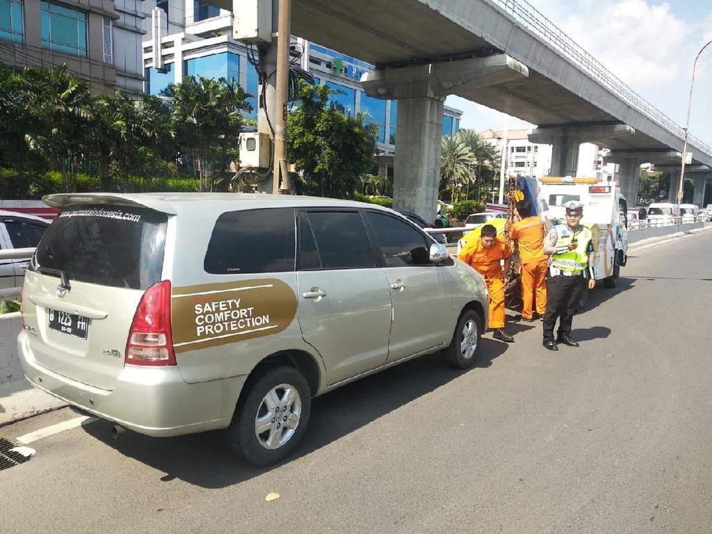 Ditingal Pemilik, Mobil Parkir di Bahu Tol Cawang Diderek Polisi