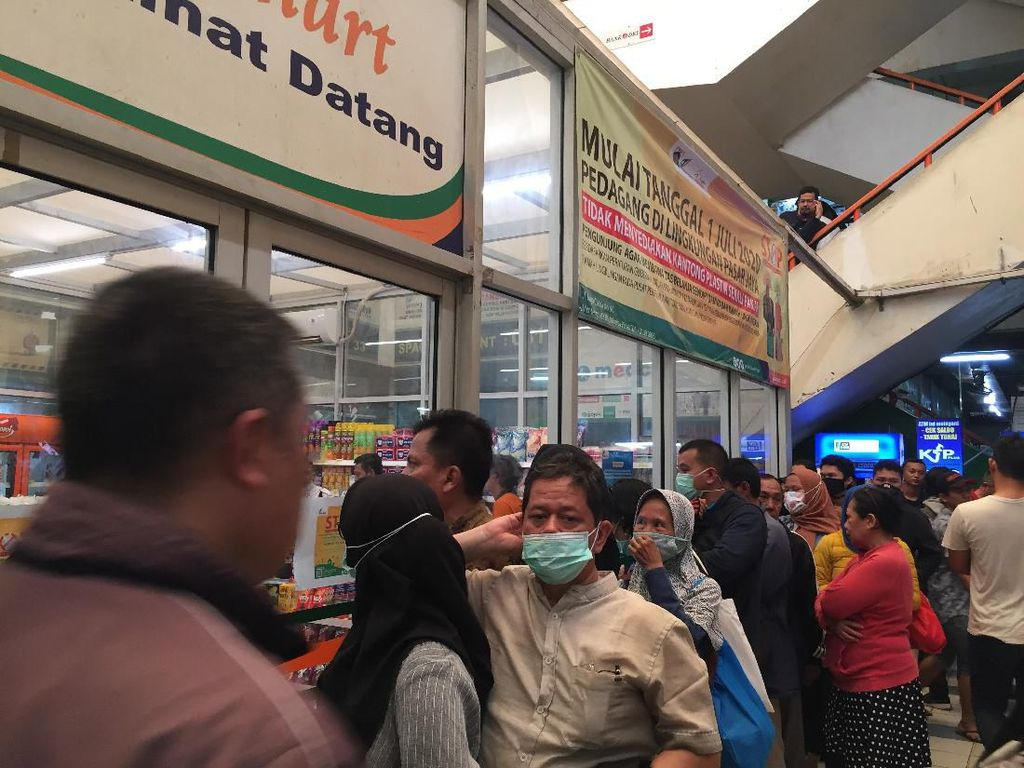 Warga DKI Serbu Masker Rp 125 Ribu Jakmart Pasar Pramuka, Antrean Mengular