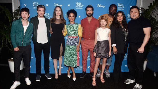 Para pemain The Eternal (dari kiri ke kanan) Barry Keoghan, Richard Madden, Angelina Jolie, Lauren Ridloff, Kumail Nanjiani, Lia McHugh, Brian Tyree Henry, Salma Hayek, dan Don Lee.