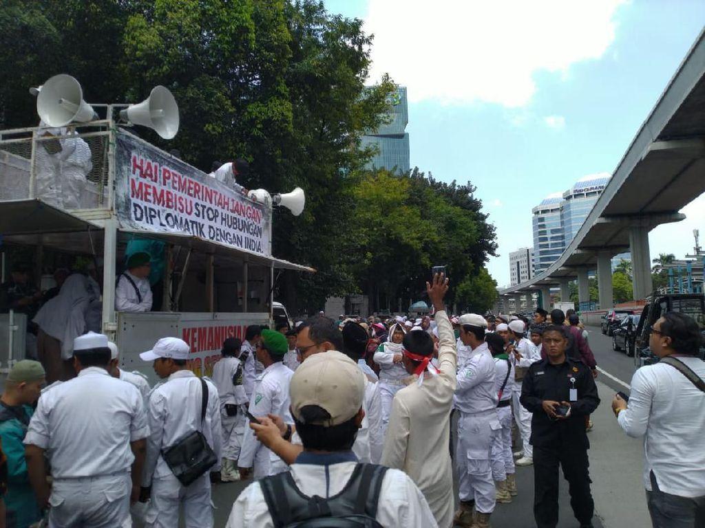 Massa FPI-PA 212 Berdatangan, Polisi Pasang Barikade di Depan Kedubes India