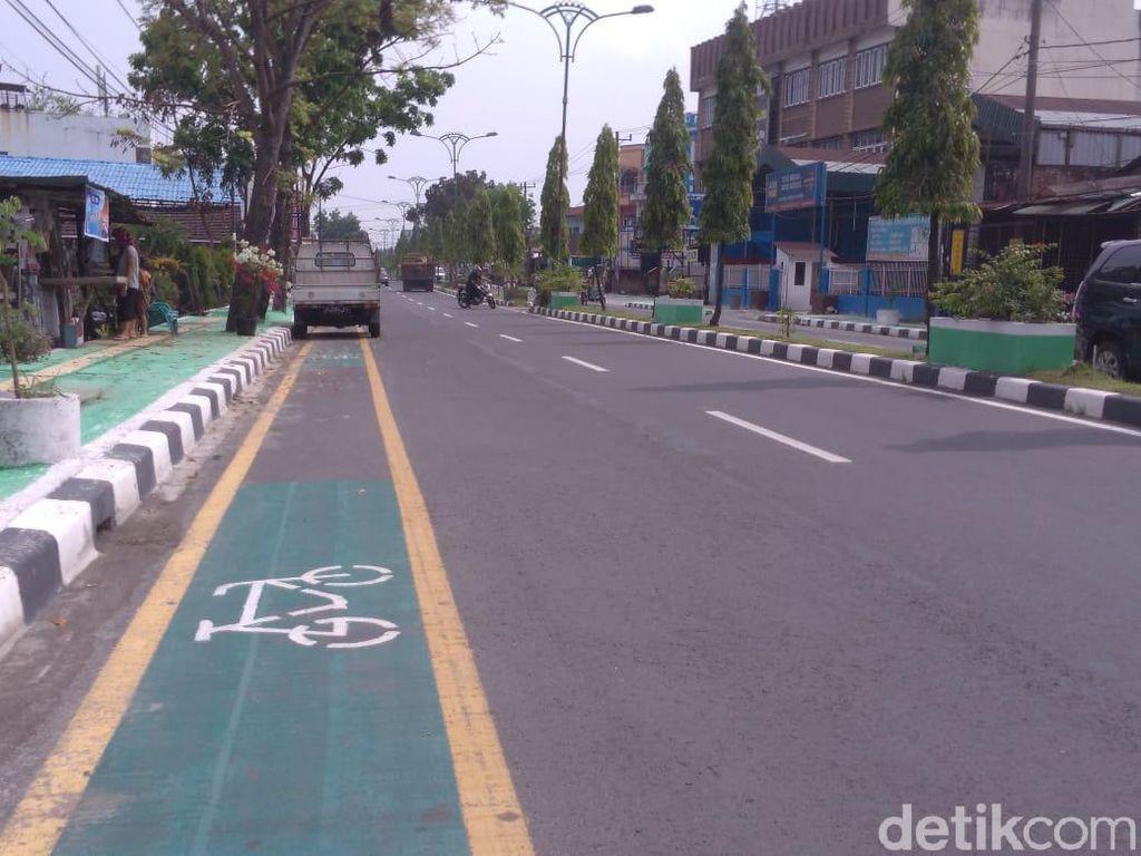 Ironi Jalur Sepeda Miliaran Jadi Parkir Liar di Medan