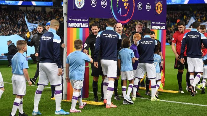 MANCHESTER, ENGLAND - DECEMBER 07: Players of Manchester City and Manchester United shake hands as the Premier League show support for the Rainbow Laces Campaign prior to the Premier League match between Manchester City and Manchester United at Etihad Stadium on December 07, 2019 in Manchester, United Kingdom. (Photo by Michael Regan/Getty Images)