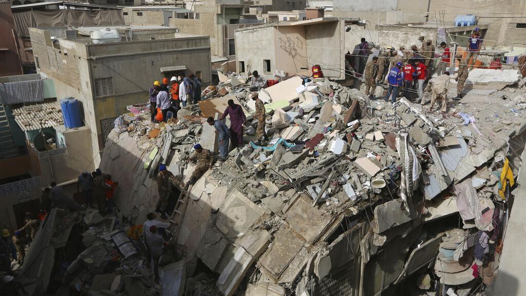 11 Orang Tewas Akibat Bangunan Ambruk di Pakistan