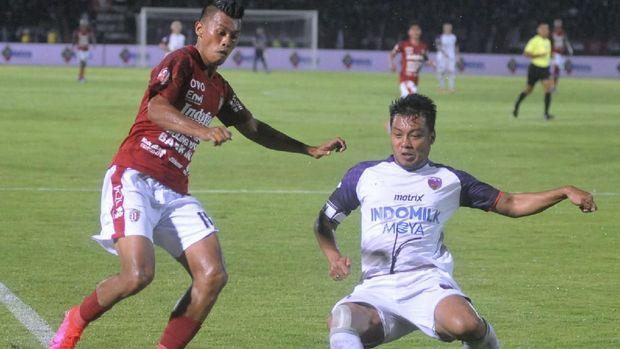 Pemain Bali United Lerby Eliandry (kiri) berebut bola dengan pemain Persita Tangerang Hamka Hamzah (kanan) saat pertandingan Liga 1 2020 di Stadion Kapten I Wayan Dipta, Gianyar, Bali, Minggu (1/3/2020). Pertandingan tersebut berakhir imbang dengan skor 0-0. ANTARA FOTO/Fikri Yusuf/wsj.