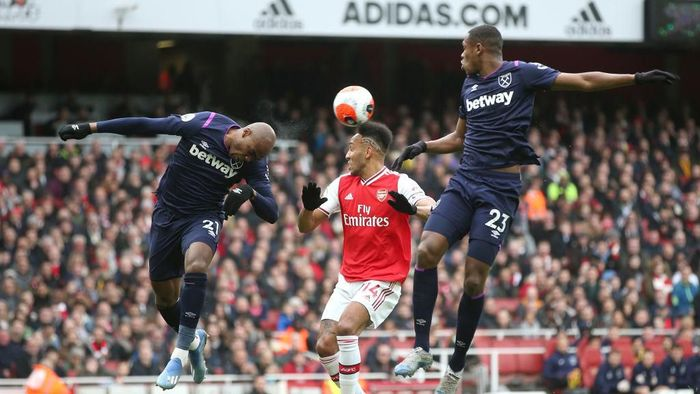 LONDON, ENGLAND - MARCH 07: Angelo Ogbonna of West Ham United wins a header over Pierre-Emerick Aubameyang of Arsenal during the Premier League match between Arsenal FC and West Ham United at Emirates Stadium on March 07, 2020 in London, United Kingdom. (Photo by Alex Morton/Getty Images)