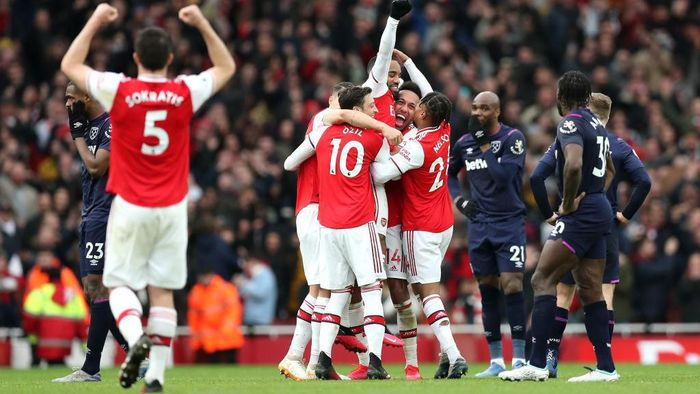 LONDON, ENGLAND - MARCH 07: Alexandre Lacazette of Arsenal celebrates with teammates after scoring his teams first goal which was given by VAR during the Premier League match between Arsenal FC and West Ham United at Emirates Stadium on March 07, 2020 in London, United Kingdom. (Photo by Alex Morton/Getty Images)