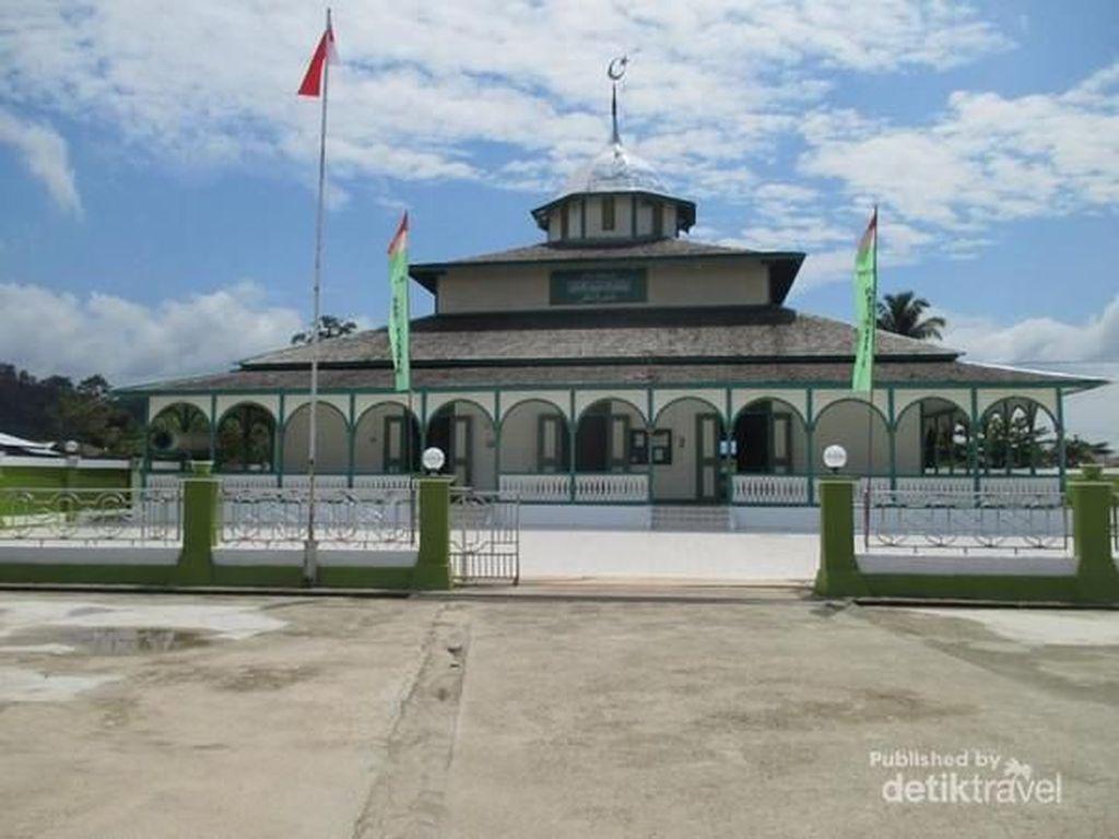 Unik, Masjid Kayu Ini Tak Memiliki Jendela