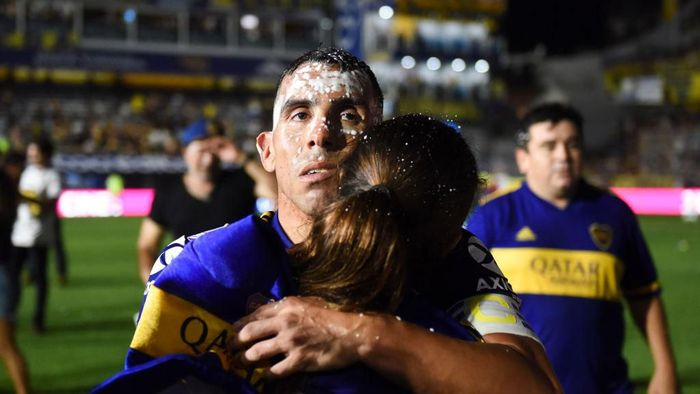 BUENOS AIRES, ARGENTINA - MARCH 07: Carlos Tevez of Boca Juniors celebrates with his daughter Florencia after winning Superliga 2019/20 after a match between Boca Juniors and Gimnasia as part of Superliga 2019/20 at Estadio Alberto J. Armando on March 7, 2020 in Buenos Aires, Argentina. (Photo by Rodrigo Valle/Getty Images)