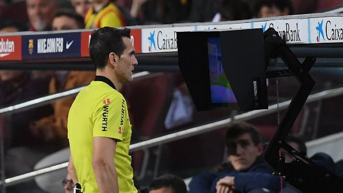 BARCELONA, SPAIN - MARCH 07: The referee checks for  a penalty to Barcelona using VAR  during the La Liga match between FC Barcelona and Real Sociedad at Camp Nou on March 07, 2020 in Barcelona, Spain. (Photo by Alex Caparros/Getty Images)