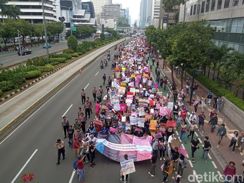 Peringati Hari Perempuan Internasional, Massa Longmarch ke Depan Istana