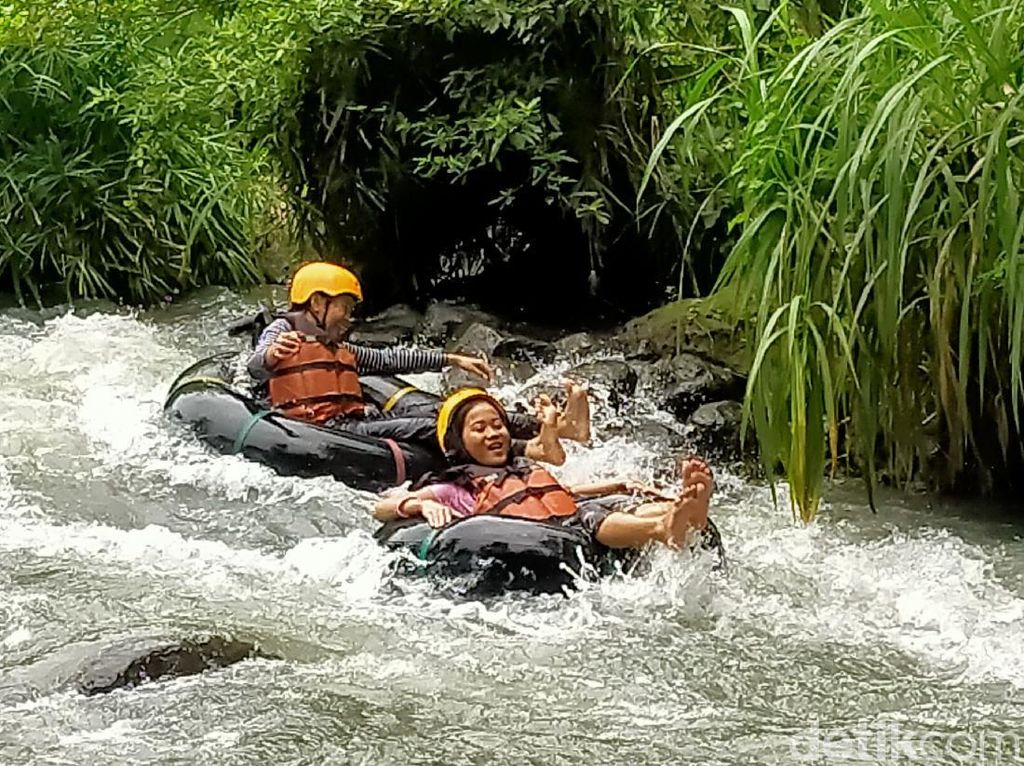 Celebrity on Vacation: Main Air di Cikadongdong River Tubing