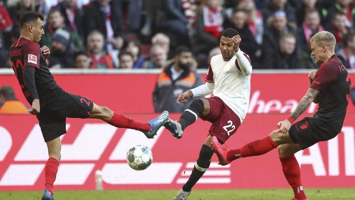 Bayerns Serge Gnabry, center, is challenged by Augsburgs Iago, left, and Philipp Max during the German Bundesliga soccer match between FC Bayern Munich and FC Augsburg in Munich, Germany, Sunday, March 8, 2020. (AP Photo/Matthias Schrader)