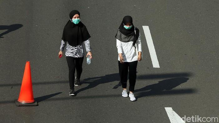 Sebagian warga memakai masker saat beraktivitas di Car Free Day (CFD), Jakarta, Minggu (8/3). Hal ini untuk mencegah penyebaran virus corona.