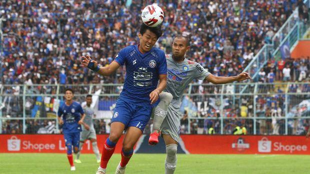 Pesepakbola Arema FC Feby Eka Putra (kiri) berebut bola dengan pesepakbola Persib Bandung Supardi (kanan)  dalam pertandingan Liga I di Stadion Kanjuruhan, Malang, Jawa Timur, Minggu (8/3/2020).  Persib mengalahkan Arema dengan skor 2-1. ANTARA FOTO/Ari Bowo Sucipto/hp.