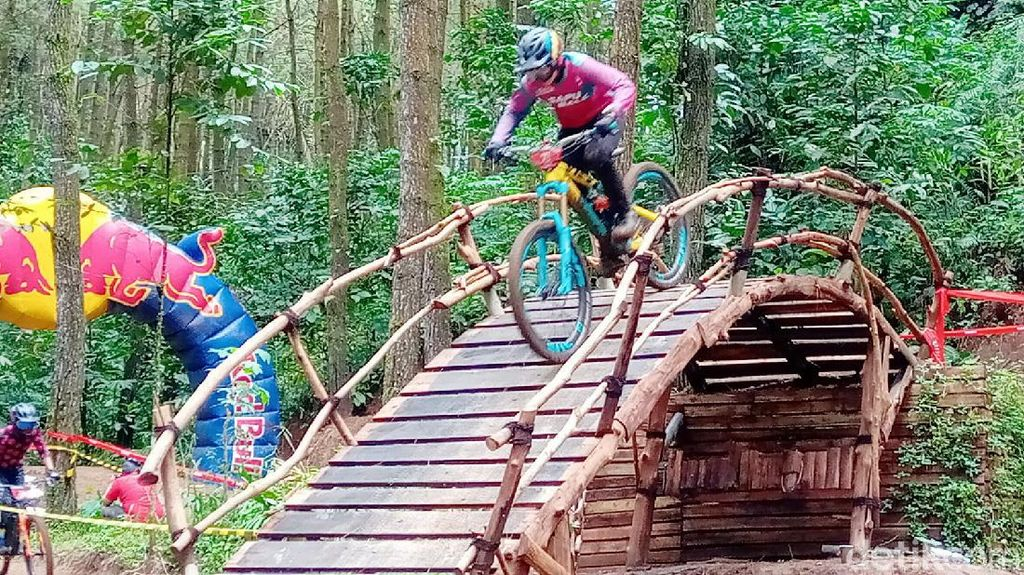 Serunya Balap Sepeda di Pinus Bike Park