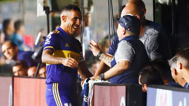 Carlos Tevez bertemu dengan Diego Maradona sebelum kemudian mereka berciuman