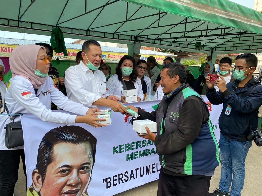 Antisipasi Corona, Ketua MPR Bagi-bagi Masker ke Pemotor dan Ojol