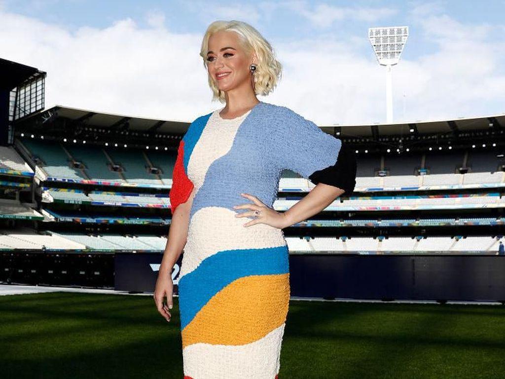 Hamil dan Diam di Rumah, Katy Perry Pilih Ngemil Acar