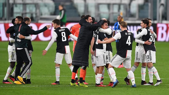 TURIN, ITALY - MARCH 08:  Paulo Dybala (C) of Juventus celebrates victory with team mates at the end of the Serie A match between Juventus and  FC Internazionale at Allianz Stadium on March 8, 2020 in Turin, Italy.  (Photo by Valerio Pennicino/Getty Images )