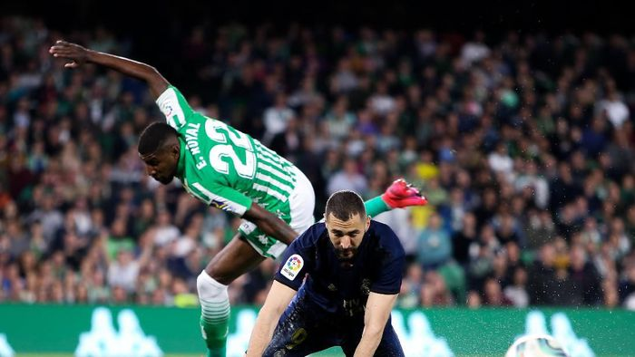 SEVILLE, SPAIN - MARCH 08: Karim Benzema of Real Madrid CF competes for the ball with Emerson of Real Betis Balompie during the Liga match between Real Betis Balompie and Real Madrid CF at Estadio Benito Villamarin on March 08, 2020 in Seville, Spain. (Photo by Fran Santiago/Getty Images)