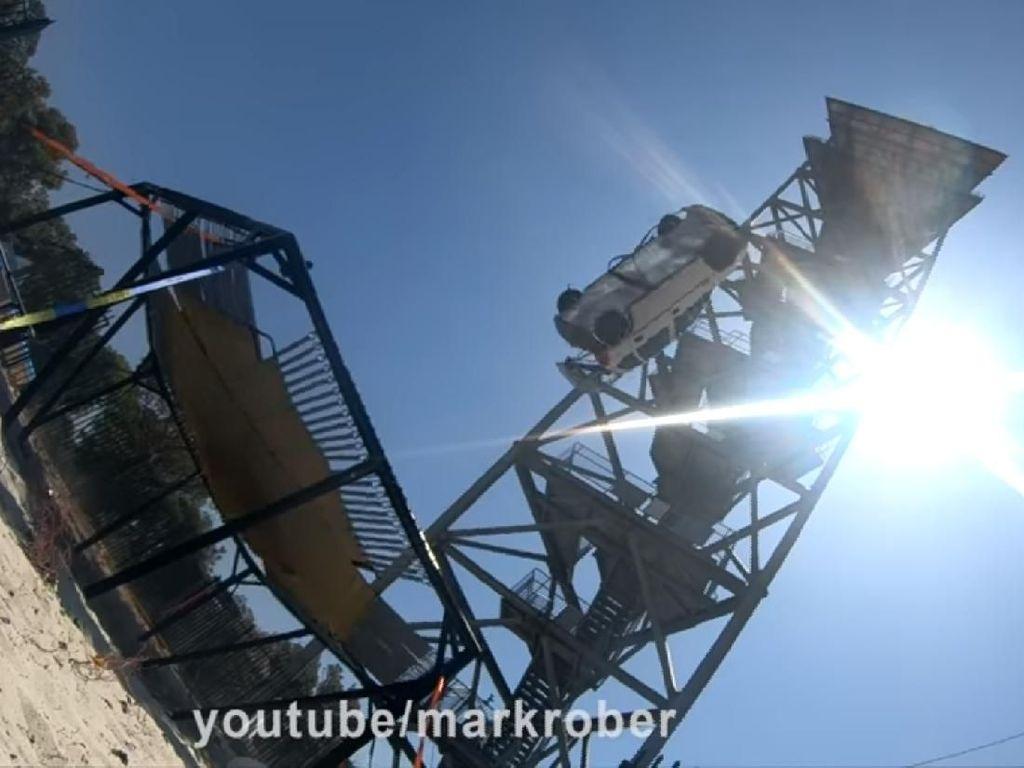 Ide Gila, Mobil Diajak Main Trampolin Dilepas dari Ketinggian 45 Meter