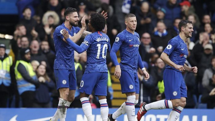 Chelseas Olivier Giroud, left, celebrates with Chelseas Willian, second from left, after scoring his sides fourth goal during the English Premier League soccer match between Chelsea and Everton at Stamford Bridge stadium in London, Sunday, March 8, 2020. (AP Photo/Matt Dunham)