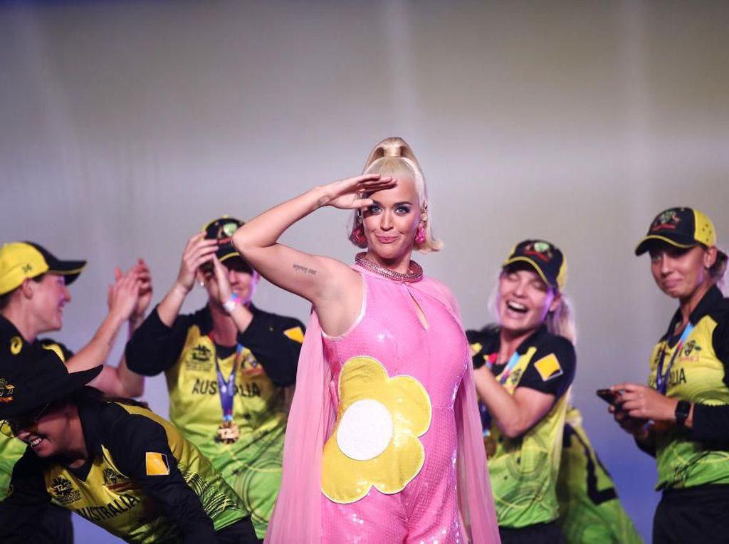 Katy Perry Tampil Tanpa Busana di Video Klip Daisies