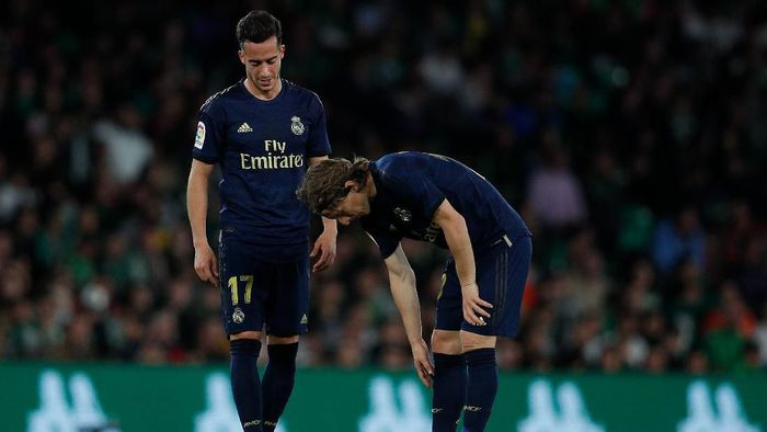 SEVILLE, SPAIN - MARCH 08: Lucas Vazquez and Luka Modric of Real Madrid CF show their dejection during the Liga match between Real Betis Balompie and Real Madrid CF at Estadio Benito Villamarin on March 08, 2020 in Seville, Spain. (Photo by Fran Santiago/Getty Images)