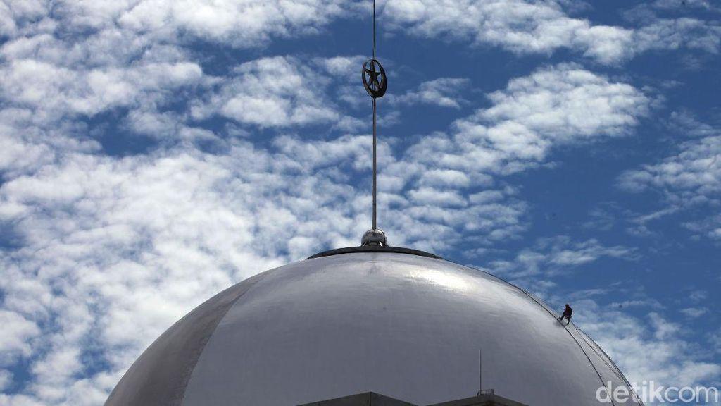 Aksi Spiderman Saat Mengecat Kubah Masjid Istiqlal