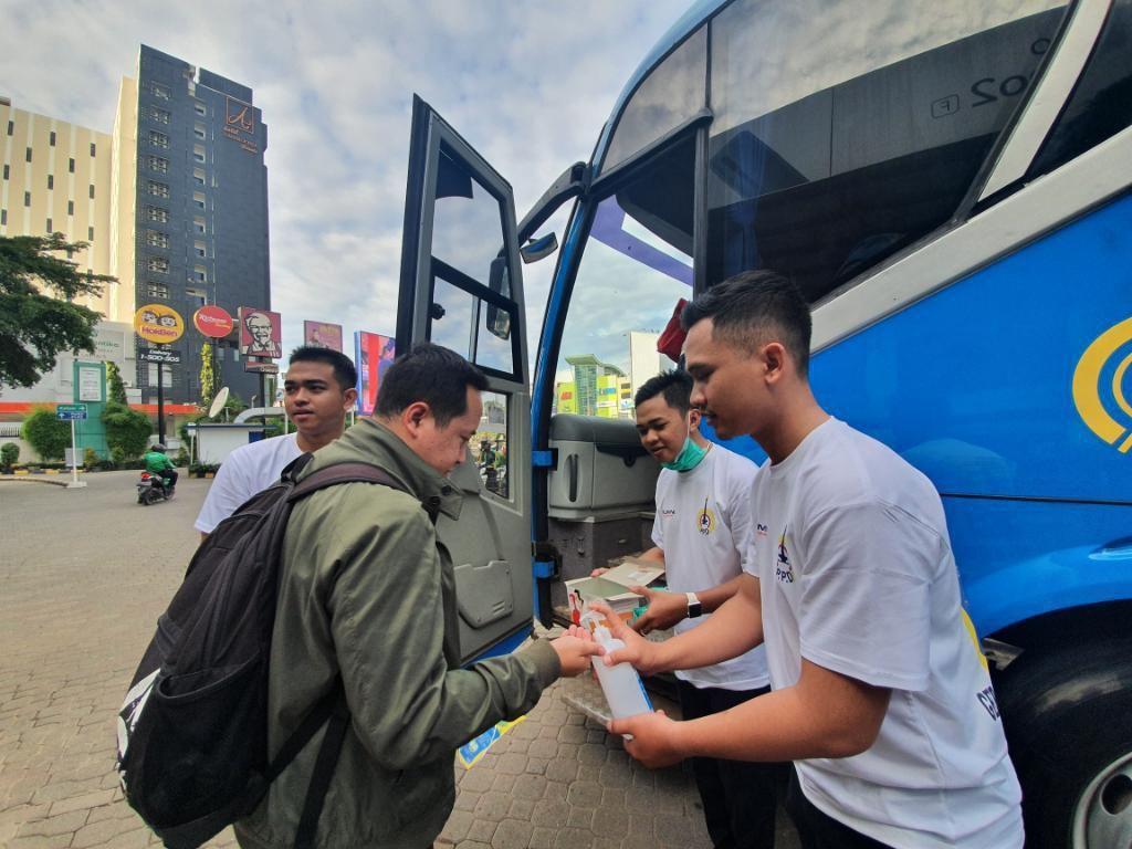 Antisipasi Corona, Penumpang Bus TransJabodetabek di Bekasi Diberi Masker Gratis
