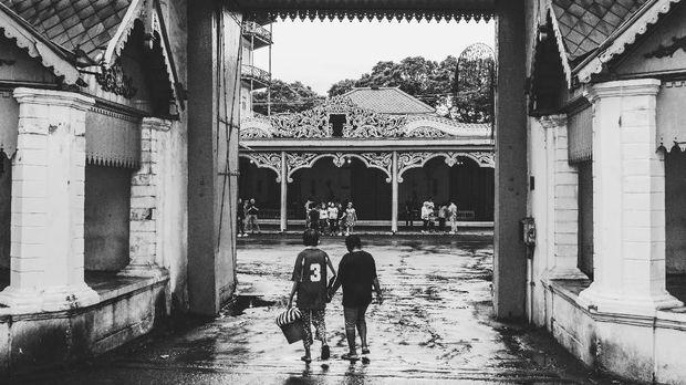 Warga memasuki gerbang Keraton Solo, Jawa Tengah. ANTARA FOTO/Rivan Awal Lingga