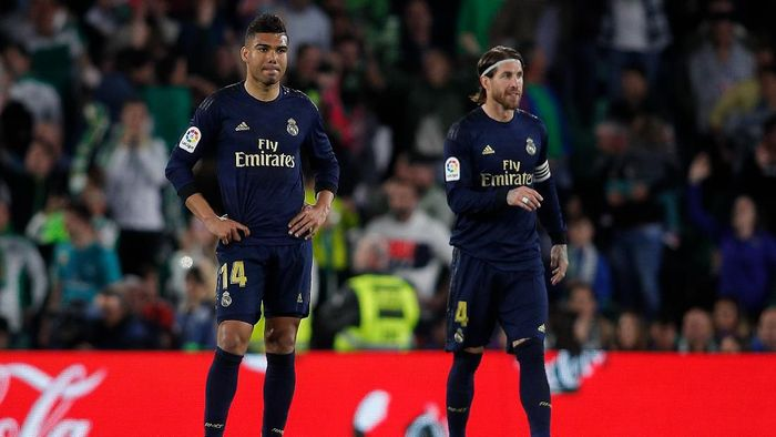 SEVILLE, SPAIN - MARCH 08: Casemiro and Sergio Ramos of Real Madrid CF show their dejection after Cristian Tello of Real Betis Balompie scored his teams second goalduring the Liga match between Real Betis Balompie and Real Madrid CF at Estadio Benito Villamarin on March 08, 2020 in Seville, Spain. (Photo by Fran Santiago/Getty Images)