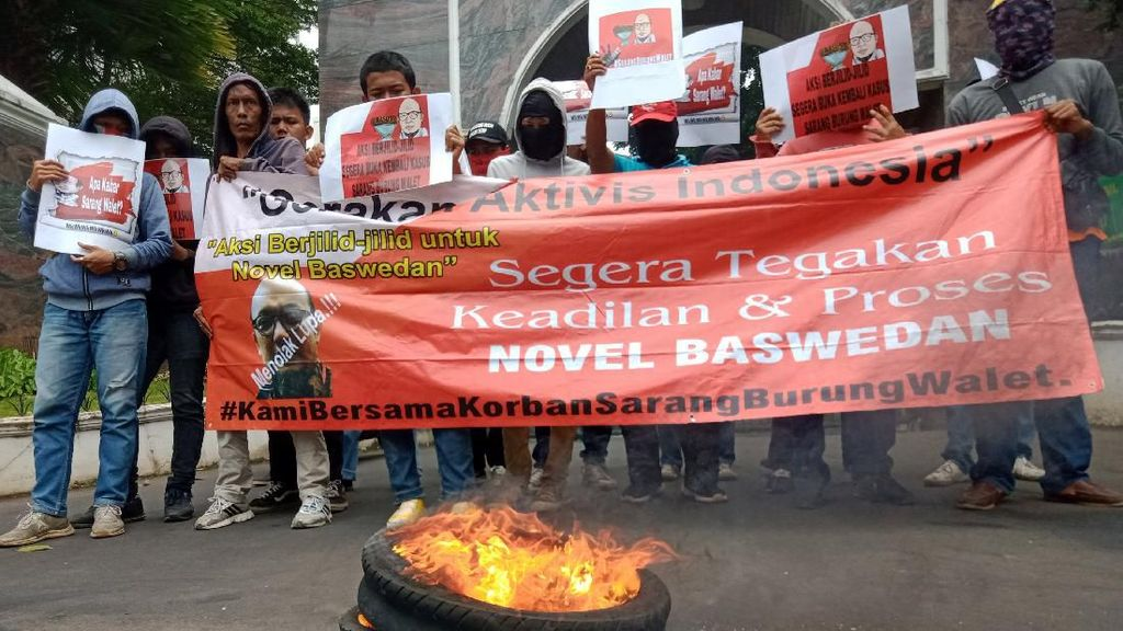 Massa Aksi Novel Bakar Ban di Depan Kejagung