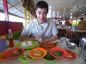 Jelajahi Padang, Bule Ini Cicip Rendang Jengkol, Ayam Pop hingga Kopi Talua