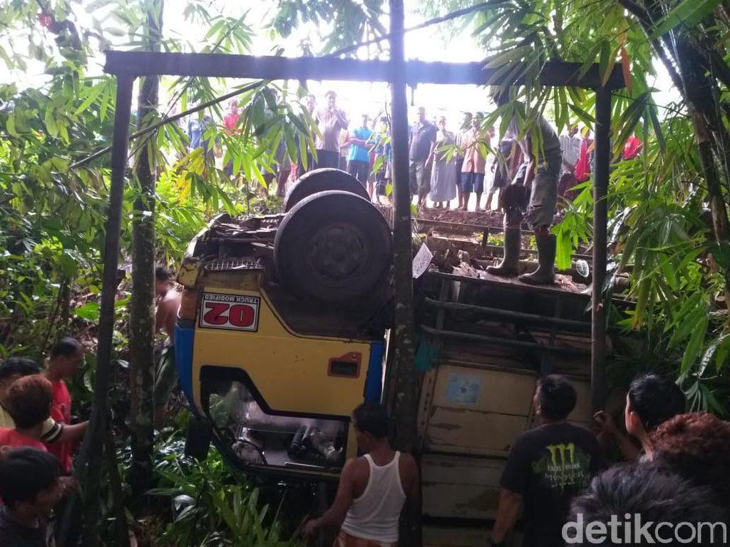 Truk Muat 20 Pekerja Perkebunan di Banyuwangi Terjun ke Jurang, 1 Tewas