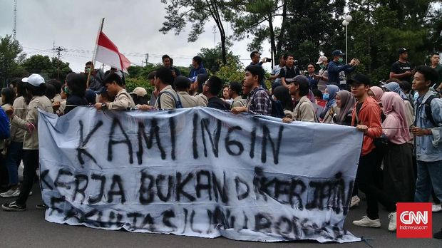 Ratusan mahasiwa dari sejumlah kampus di Yogyakarta dan Magelang, Jawa Tengah melakukan longmarch menuju jalan Gejayan Yogyakarta untuk menggelar aksi #GejayanMemanggil Tolak Omnibus Law, pada Senin (9/3).