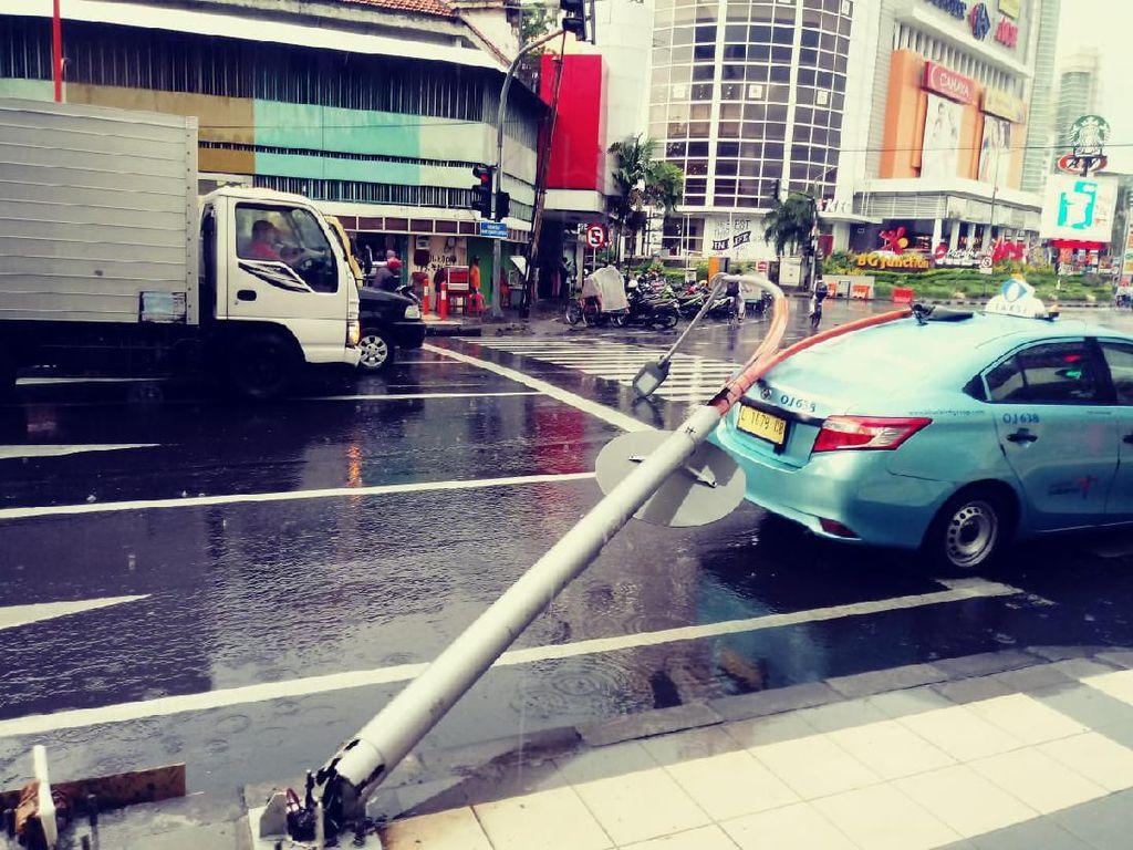 Hujan Disertai Angin Kencang Terjadi di Surabaya, Taksi Tertimpa PJU