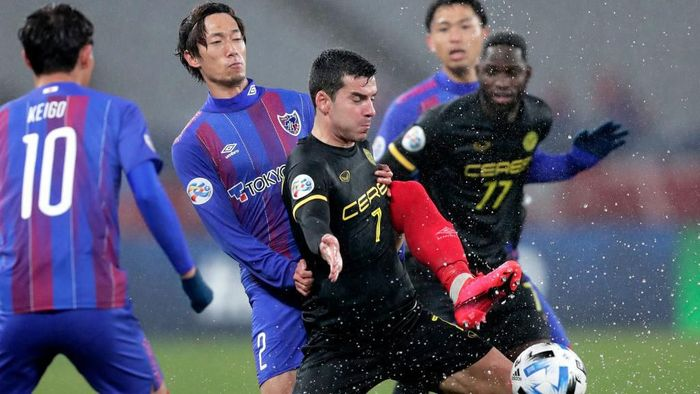 CHOFU, JAPAN - JANUARY 28: Bienvenido Maranon (C) of Ceres-Negros and Sei Muroya (2nd L) of FC Tokyo compete for the ball during the AFC Champions League play off between FC Tokyo and Ceres-Negros at Tokyo Stadium on January 28, 2020 in Chofu, Tokyo, Japan. (Photo by Kiyoshi Ota/Getty Images)