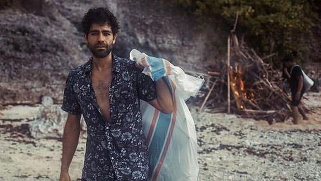 Tak Takut Kotor! Aktor Hollywood Bersihkan Pantai Bali